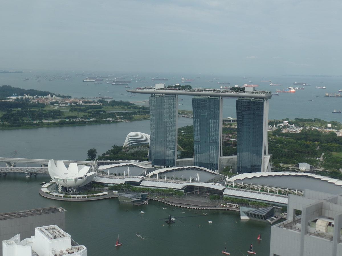 シンガポールのマリーナベイサンズ屋上での朝ヨガ